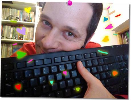 yo, agarrando mi teclado, lleno de corazones, en San Valentín