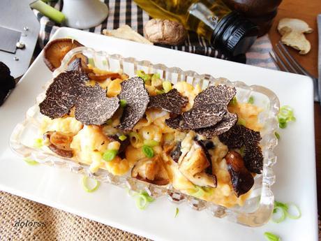 Huevos trufados revueltos con ajetes, ceps y trufa negra  tuber melanosporum