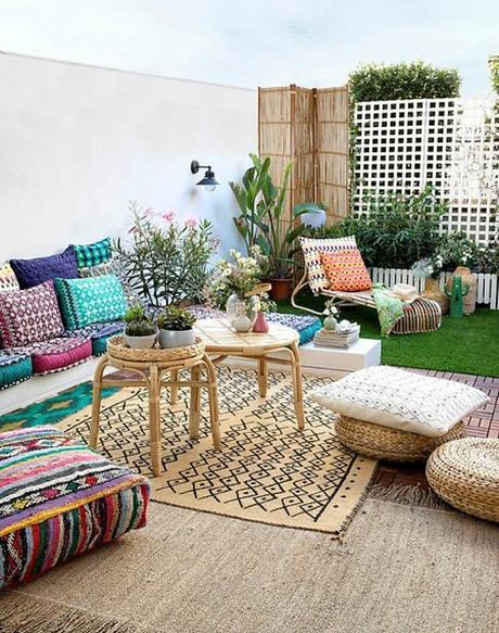 terraza decorada con muebles textiles y accesorios de