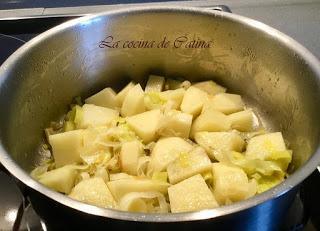 Crema de patatas con salteado de setas y aceite de cebollino.