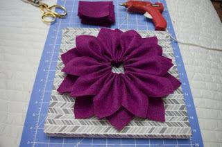 4 Cuadros decorativos con flores hechas de fieltro y papel