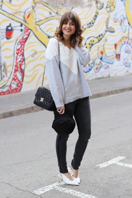 zapatos blancos destalonados y bolso acolchado tipo chanel