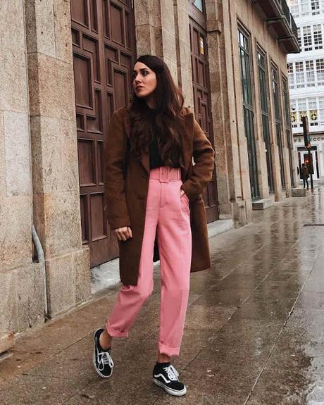 abrigo marron vans negras y pantalon rosa