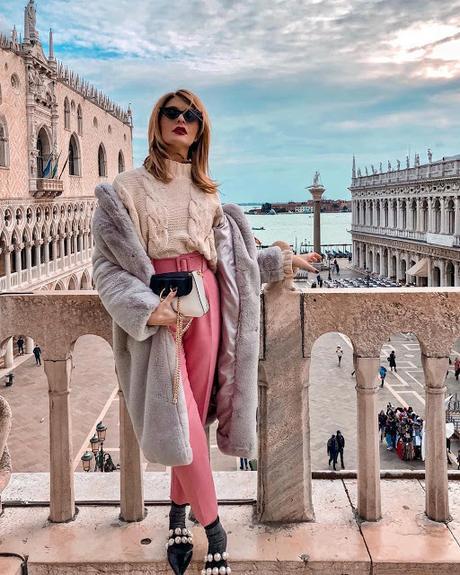 pantalon rosa jersey punto de ochos y abrigo gris