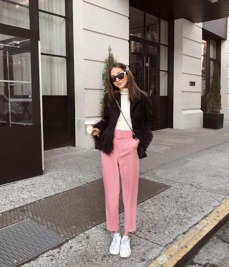 pantalon rosa jersey cruzo sneakers blancas chaqueta abrigo pelo