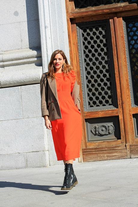 vestido lady y botas moteras
