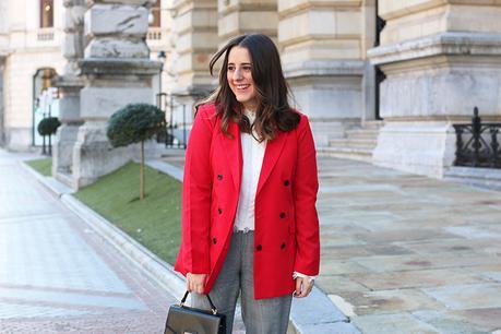 Outfit con americana roja y pantalones grises