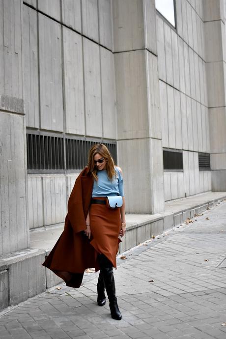 bandolera bicolor y falda de tubo
