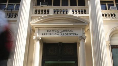 La entidad monetaria debió volver a vender reservas, por quinta rueda consecutiva, para mantenerlo a raya