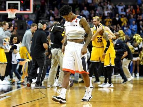 El guardia de Virginia Cavaliers Nigel Johnson (23) reacciona