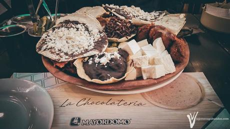 charola con platillos típicos de Oaxaca