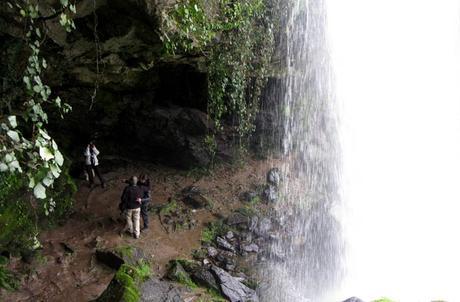 Visitantes en la cueva del Pozo Airón