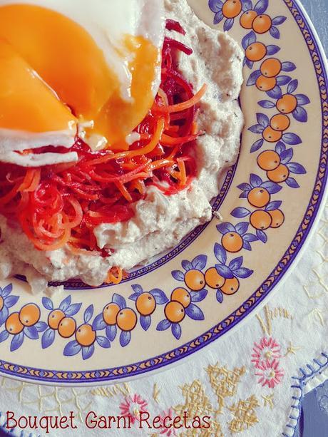 Noodles de remolachas y zanahorias con crema de queso vegetal