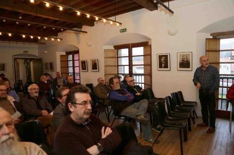 Juan Prado, de pie, en la charla sobre la velutina en Llanes. / ACEBAL