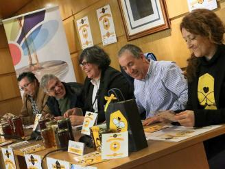 L. Fraga, secretario de la Asociación de Apicultores de Pontevedra; Seijo; la alcaldesa Eva García; Coto y Ordóñez, durante la presentación. // A.H.