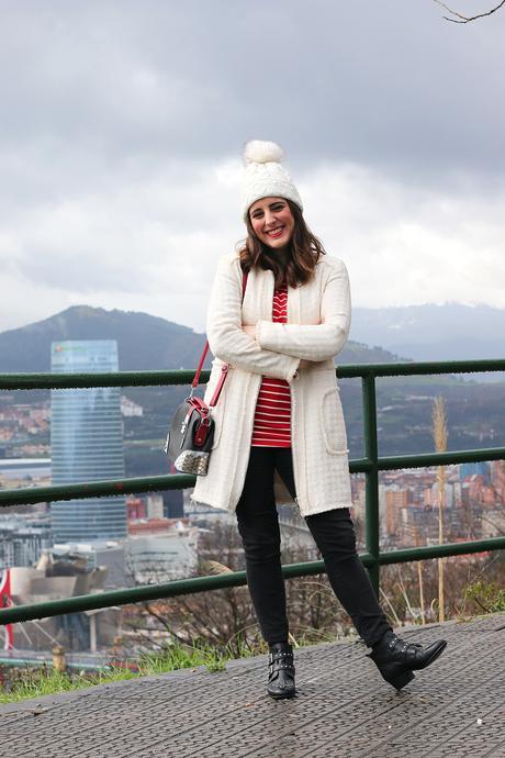 Outfit de invierno con abrigo blanco