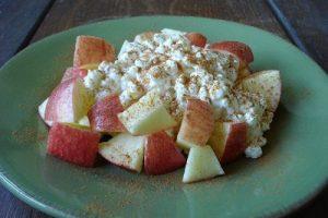 Snack de manzana con queso cottage