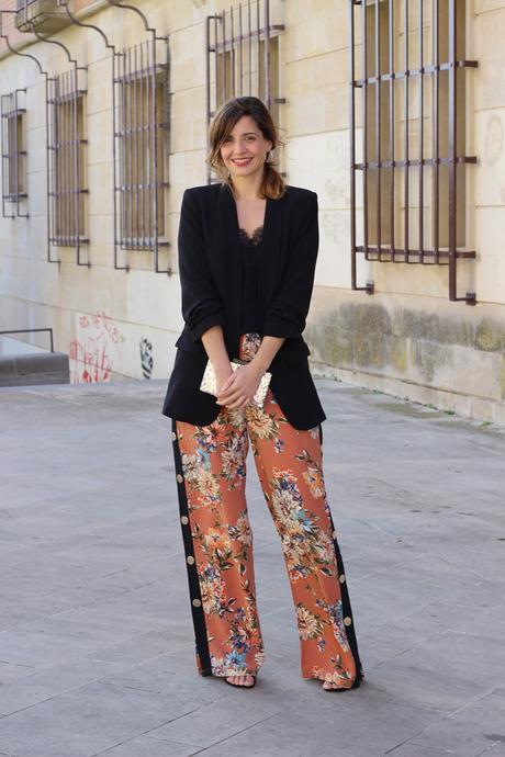 look de fiesta con pantalon palazzo con botones lateral y blazer