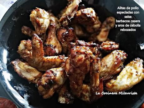 Alitas de pollo especiadas con salsa barbacoa casera y aros de cebolla rebozados