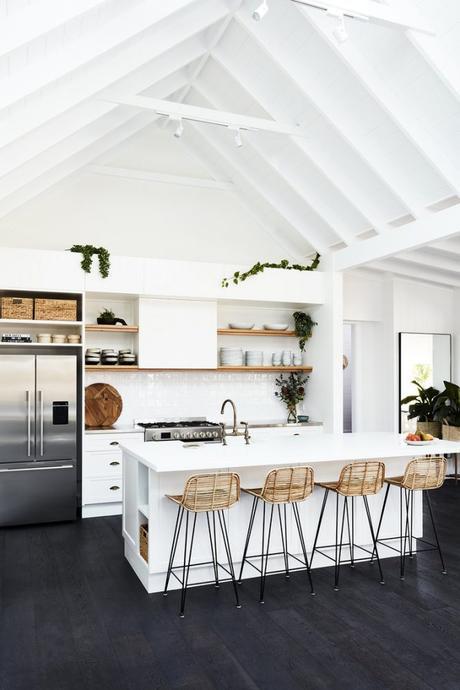 techo de madera vigas reforma granja a casa rediseño estilo costero coastal style beach house antigua granja con toque costero moderno