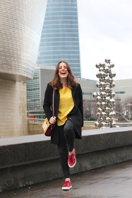 Outfit con jersey amarillo y zapatillas granates