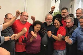Seguidores piden a Lula no entregarse y resistir atrincherado en Sindicato Metalúrgico [+ video]