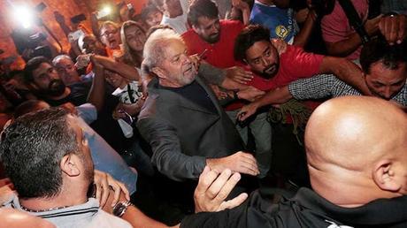 Lula se entrega a la Policía Federal de Brasil.