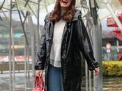 Outfit para días lluvia chubasquero negro