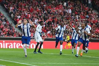 Un tardío golazo de Héctor Herrera da la victoria al FC Porto en el clásico sobre Benfica y es nuevo líder de la Liga NOS