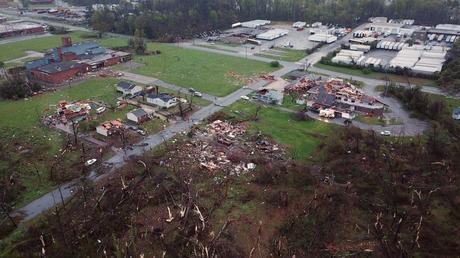 El daño del tornado en Greensboro, N.C. se ve en esta vista aérea el domingo.