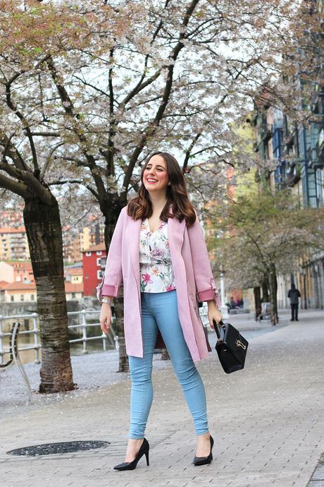 Outfit de primavera con abrigo rosa y blusa de flores