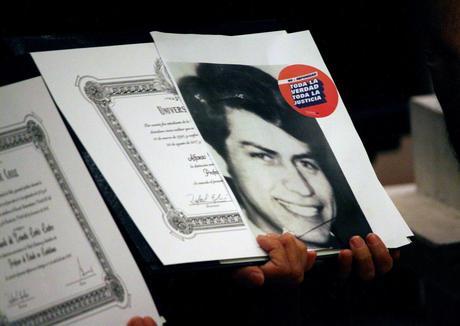 Títulos póstumos en la U. de Chile: 101 cartones que vencieron la dictadura