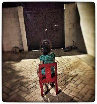 Leia sentada ante la puerta de casa esperando a que vuelva del trabajo.