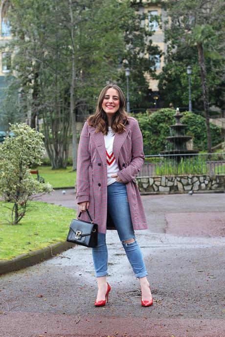Outfit con gabardina y jeans rotos para primavera