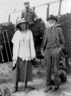 Gertrude y su padre, el empresario Hugh Bell