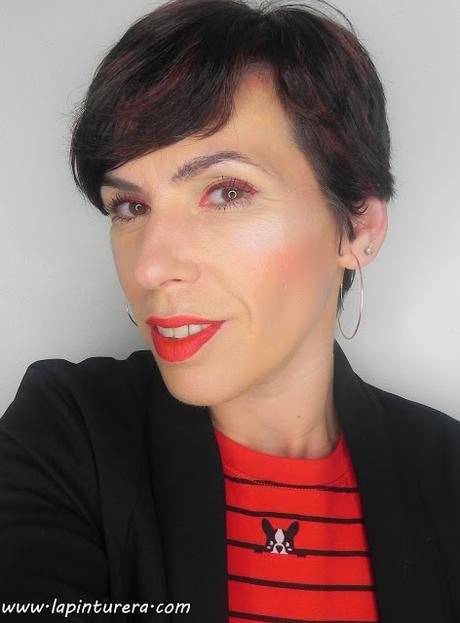 Double rouge: Maquillaje con delineado en rojo + Manicura y propuesta de moda