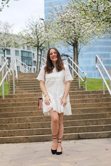 Outfit con vestido blanco para el buen tiempo