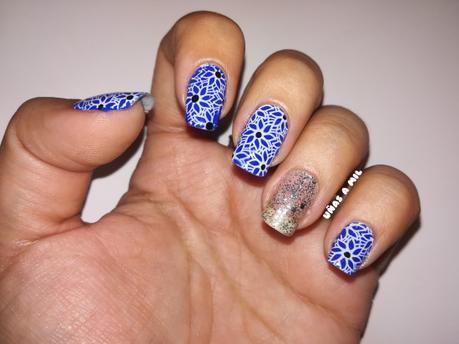Diseño de uñas en azul con flores