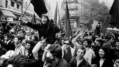 Obreros y trabajadores recorriendo las calles de París.
