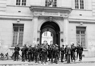 Entrada a la universidad de la Sorbona, durante aquellos días de mayo.
