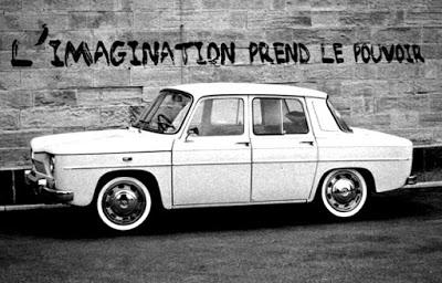 Muro pintado y coche de la época. La imaginación toma el poder.