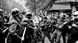 Manifestantes enfrentándose a las fuerzas antidisturbios.