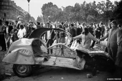 Esqueleto de un Citröen, víctima inocente de los disturbios del 68.