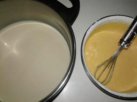 Rollo de crema pastelera, fresas y crema chantilly