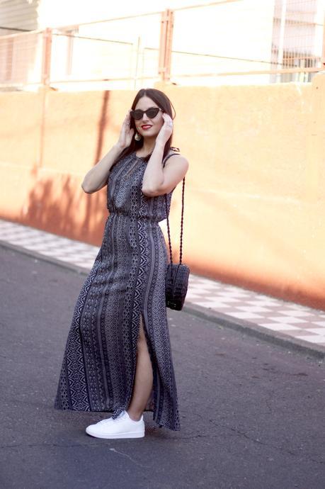 Combinar un vestido largo con tenis
