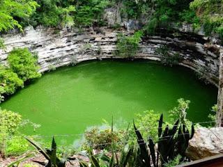 Vista parcial del cenote sagrado