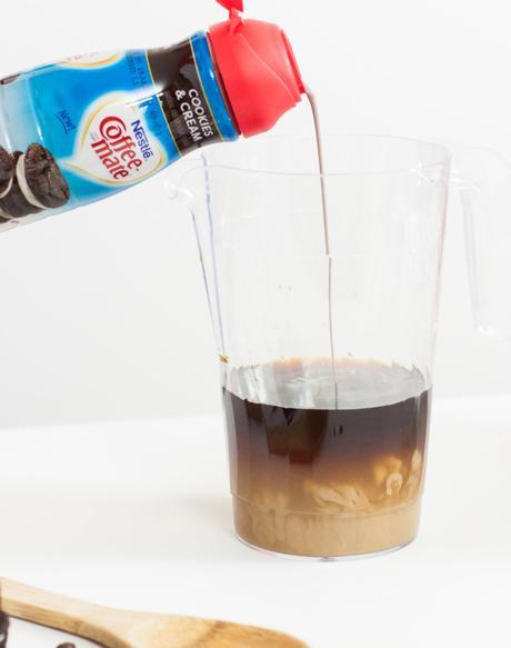 Helados de cafe, crema y galletas de chocolate