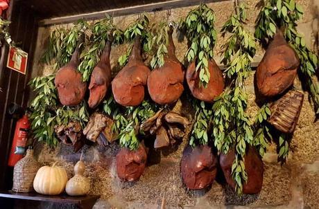 Jamones colgados en la Adega Kilowatt comer en Amarante