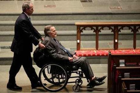 El ex presidente George H.W. Bush es hospitalizado nuevamente, dice un portavoz