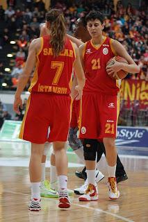 """""""En el baloncesto femenino puedes 'tocar' a las jugadoras"""""""